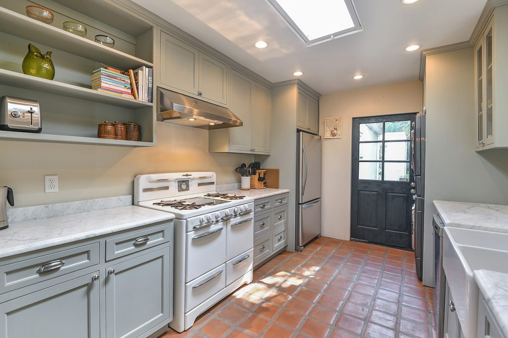 Kitchen - 950 S Muirfield Rd, Los Angeles, CA 90019